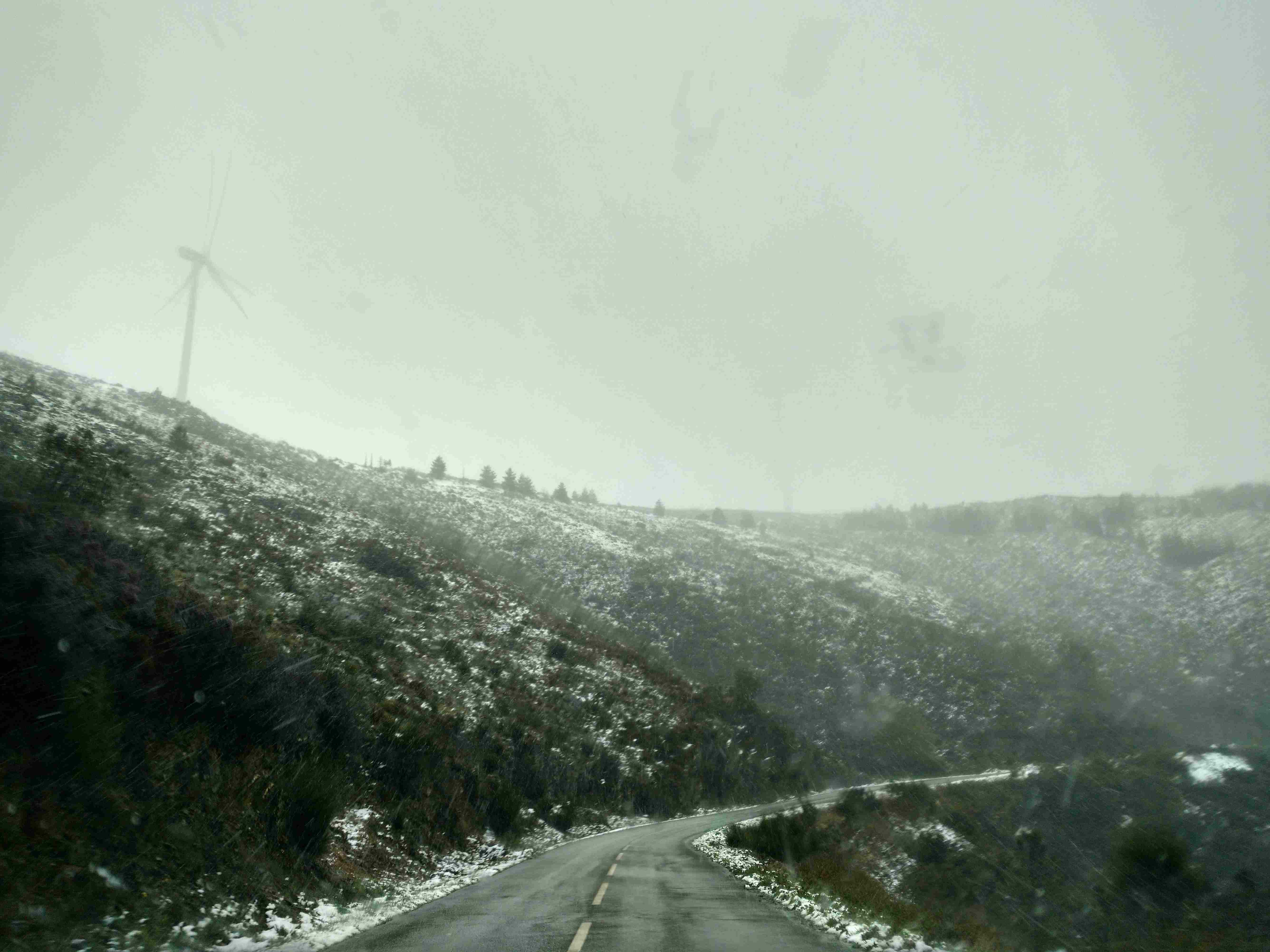 Neve nos montes na estrada E.N. 344 no sentido Côja - Porto da Balsa, perto dos Parrozelos, no Sábado, 25 de Março de 2017