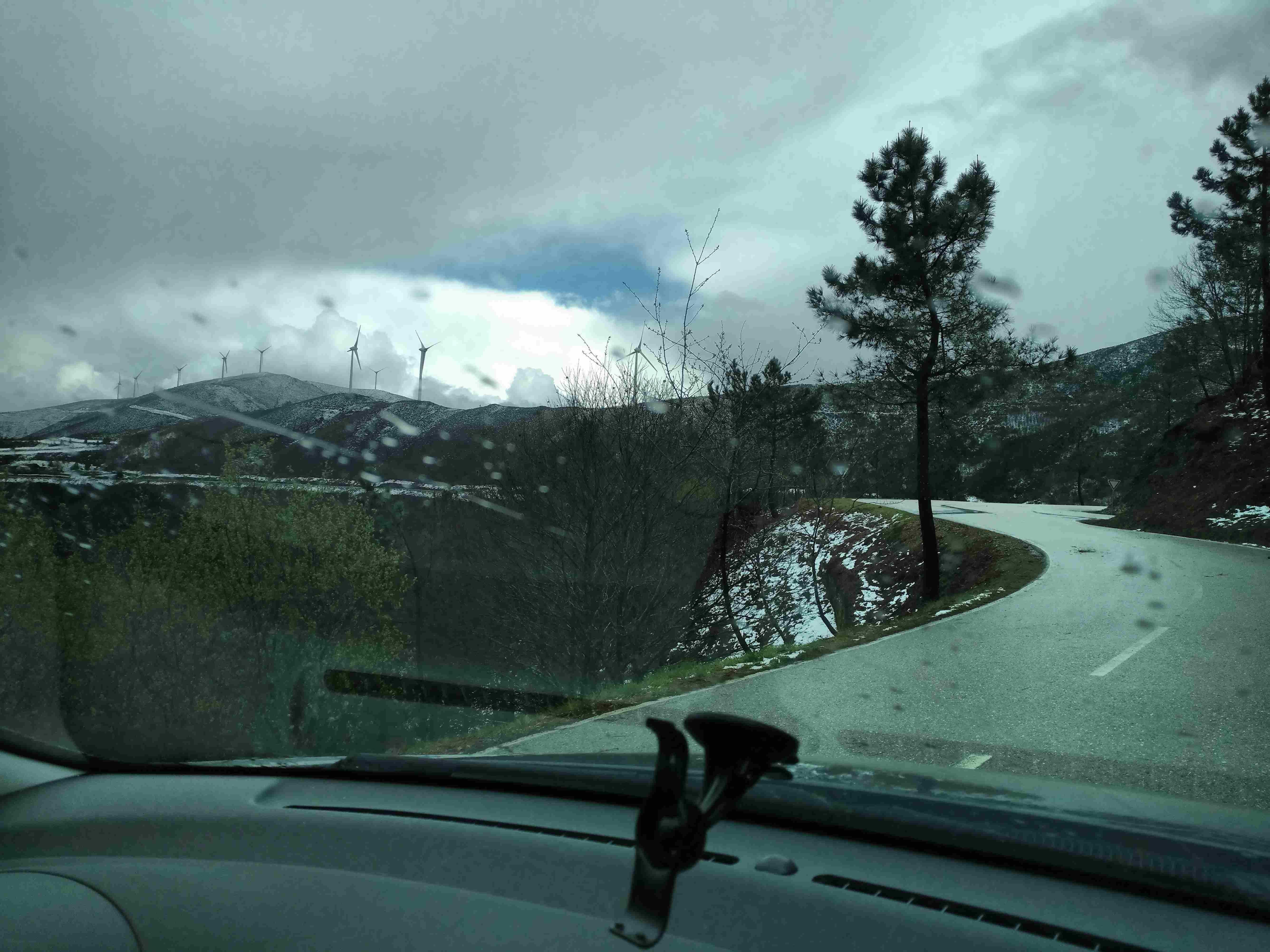 Neve nos montes na estrada municipal no sentido Côja - Piódão, no Sábado, 25 de Março de 2017