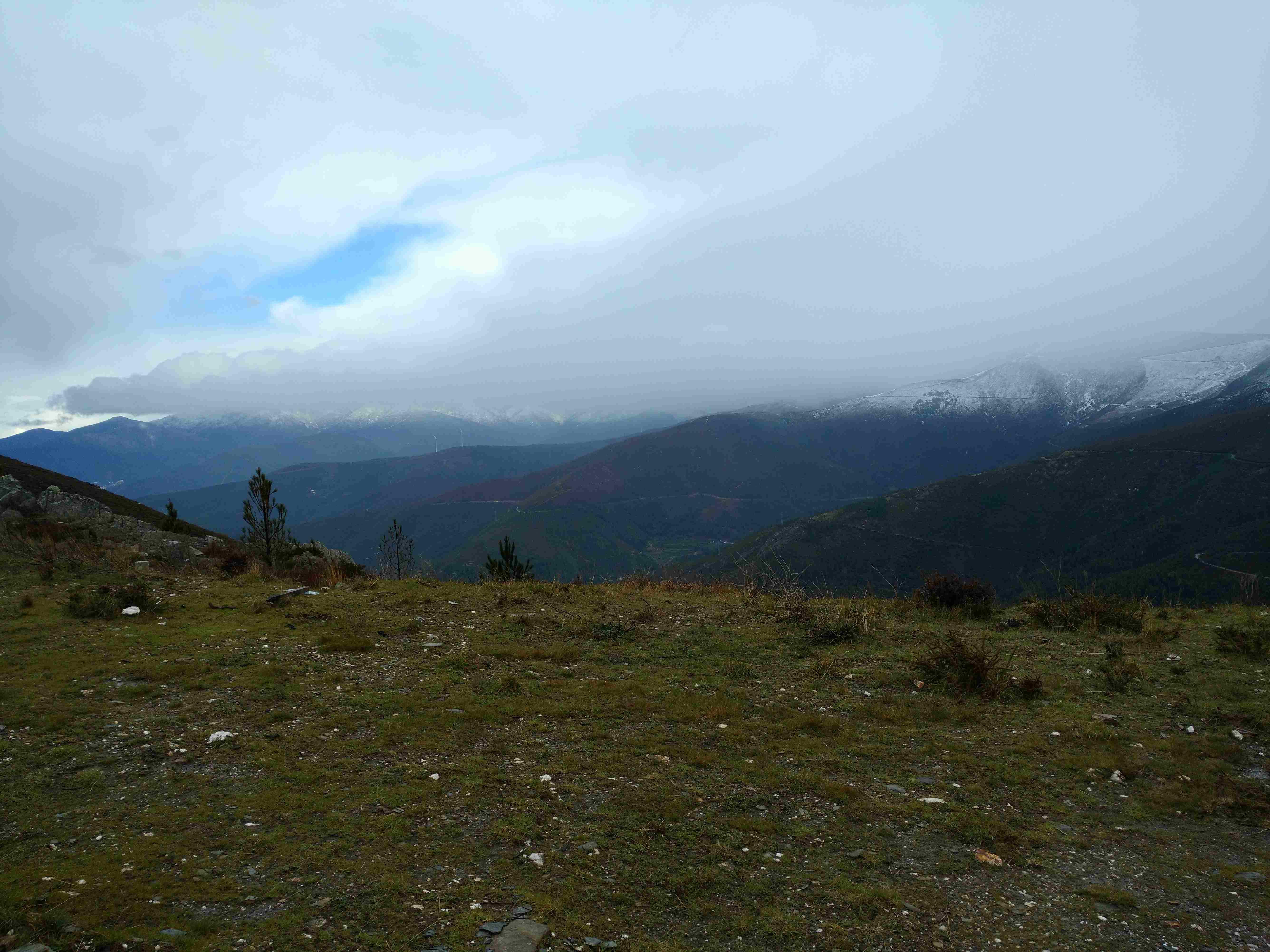Neve na Serra da Estrela, perto do Piódão na estrada municipal no sentido Côja - Piódão a partir dos Penedos Altos vista de oeste para este, no Sábado, 25 de Março de 2017