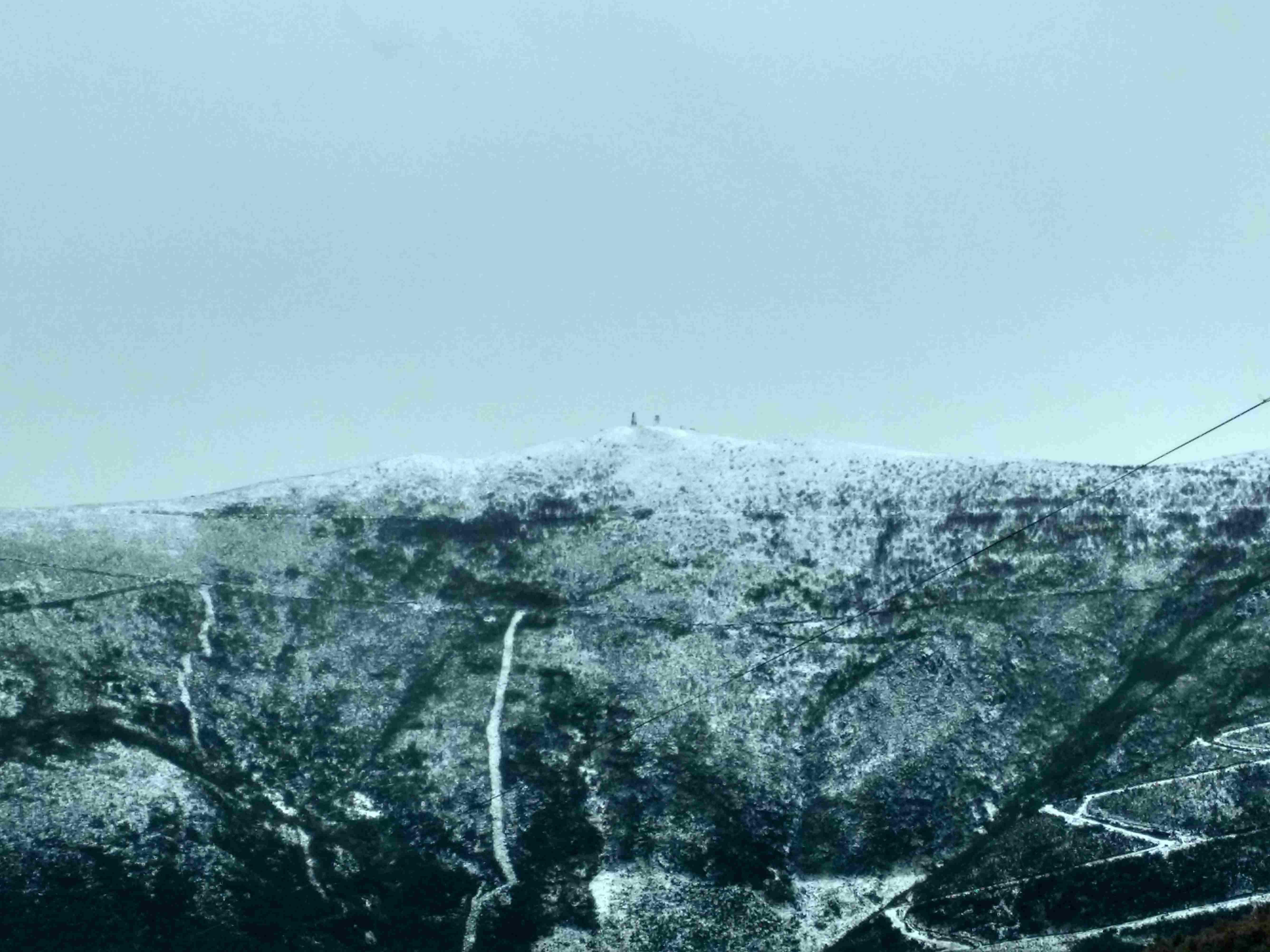 Neve no monte Alto de São Pedro Dias na Serra do Açor, perto do Piódão na estrada municipal no sentido Côja - Piódão a partir dos Penedos Altos vista de norte para sul, no Sábado, 25 de Março de 2017