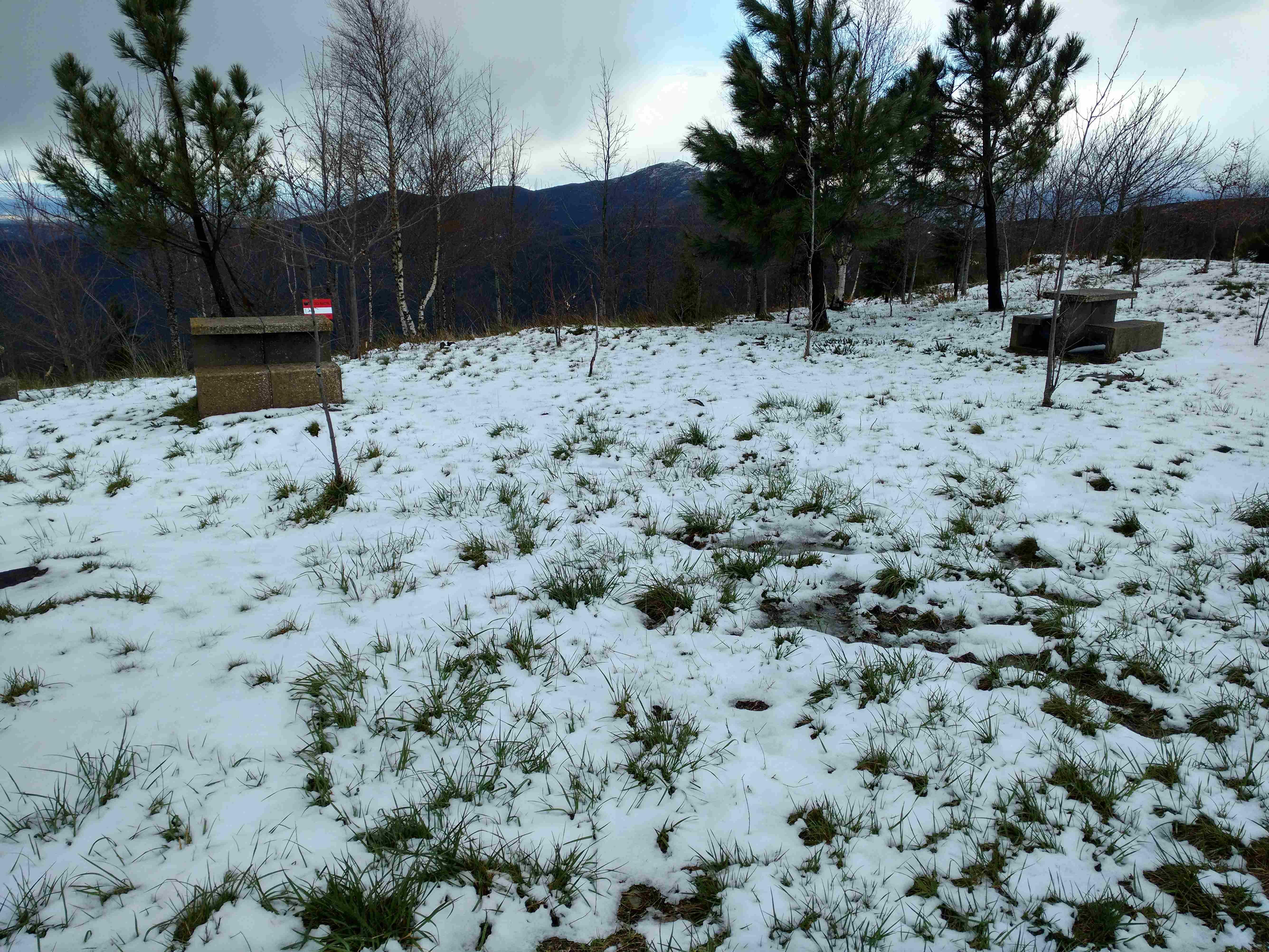 Neve no parque de merendas na estrada municipal no sentido Côja - Tojo, vista de sudoeste para nordeste, no Sábado, 25 de Março de 2017