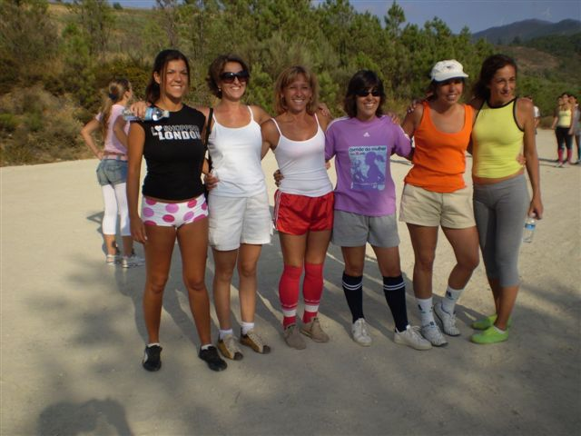 Senhoras na zona de lazer da escola no Sábado, 11 de Agosto de 2007