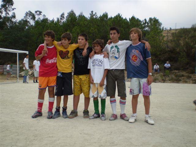 Rapazes na zona de lazer da escola no Sábado, 11 de Agosto de 2007