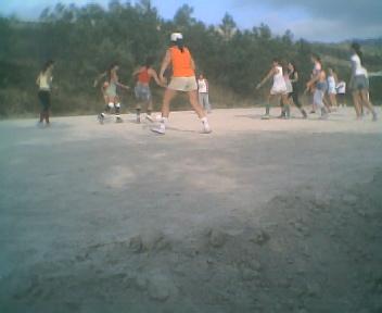 Jogo de futebol entre senhoras e raparigas na zona de lazer da escola no Sábado, 11 de Agosto de 2007
