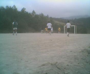 Jogo de futebol entre homens e rapazes na zona de lazer da escola no Sábado, 11 de Agosto de 2007
