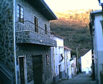 Frente de uma casa dos anos 70 do séc. XX remodelada nos anos 90 do séc. XX na 6ªfeira, 31 de Dezembro de 2004