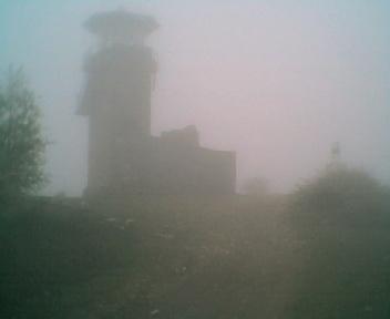 Torre de vigia e marco geodésico na Deguimbra cobertos com nevoeiro, no Sábado, 14 de Abril de 2006