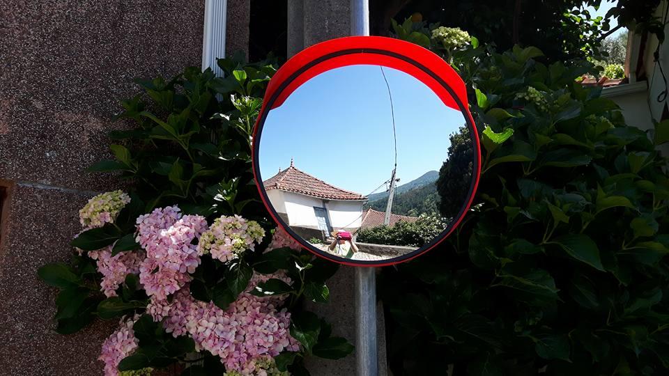 Espelho convexo para o trânsito rodoviário, na Quinta-feira, 15 de Junho de 2017