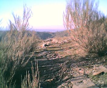 Antiga estrada que ligava a E.N. 344 ao largo do Outeiro no sentido norte sul visto de sul para norte no Domingo, 11 de Dezembro de 2005