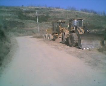 Estrada envolvente de terra batida que passa por fora da povoação do Monte Frio na Sexta-feira, 10 de Agosto de 2007