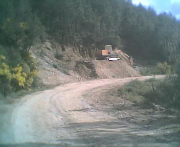 Estrada envolvente de terra batida que passa por fora da povoação do Monte Frio na Segunda-feira, 22 de Maio de 2006