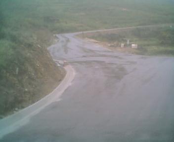 Estrada envolvente de alcatrão que passa por fora da povoação do Monte Frio na Sexta-feira, 23 de Maio de 2008