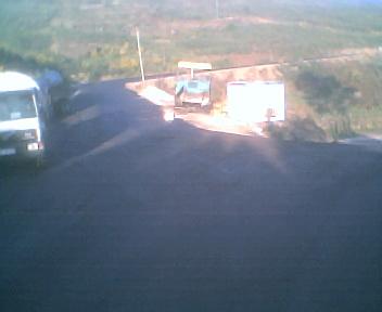 Estrada envolvente de alcatrão que passa por fora da povoação do Monte Frio na Sexta-feira, 25 de Abril de 2008