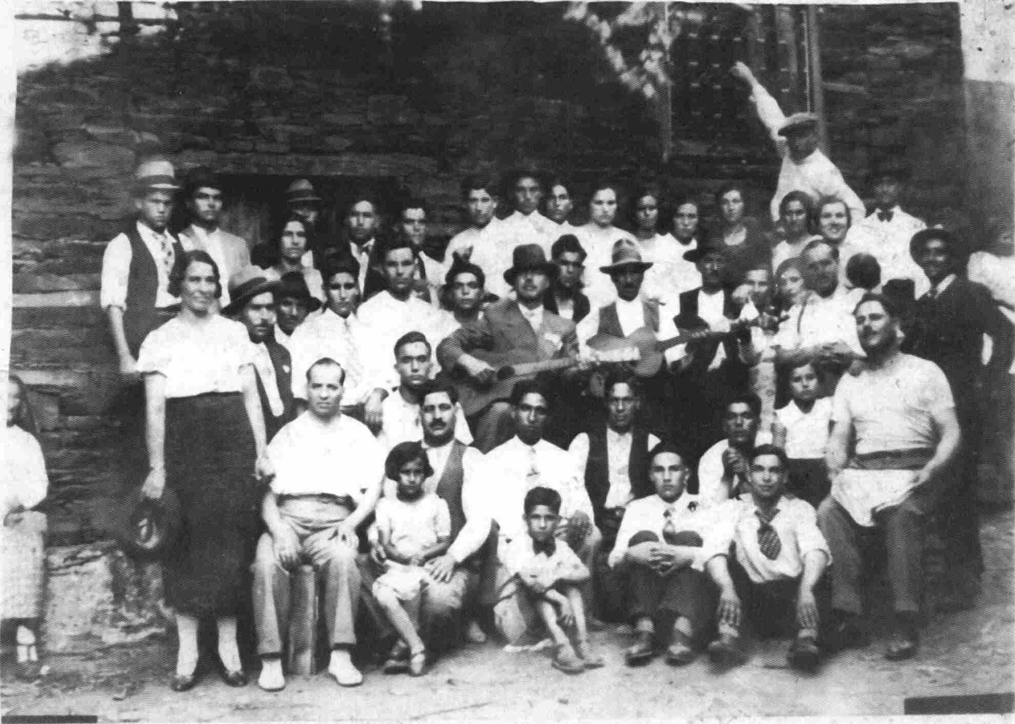 Grupo no largo Francisco Peres em Agosto de 1937