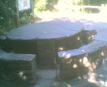 Mesa que está em frente da casa do centro de interpretação da Mata da Margaraça na Quarta-feira, 24 de Maio de 2006