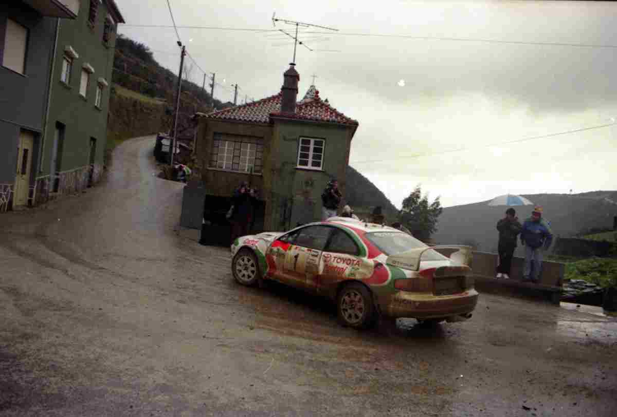 Juha Kankkunen em Toyota na PE 23 Arganil Côja, do Rali de Portugal 1995. Foto tirada no Enxudro em Arganil. Foto: José Luís Abreu. Fonte: http://autosport.clix.pt/
