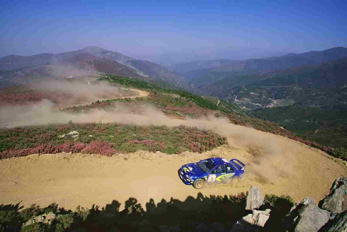 Richard Burns no Rali de Portugal 2000. Foto tirada no caminho em terra batida que sobe do Piódão para o alto de São Pedro do Açor. Fonte: http://autosport.clix.pt/