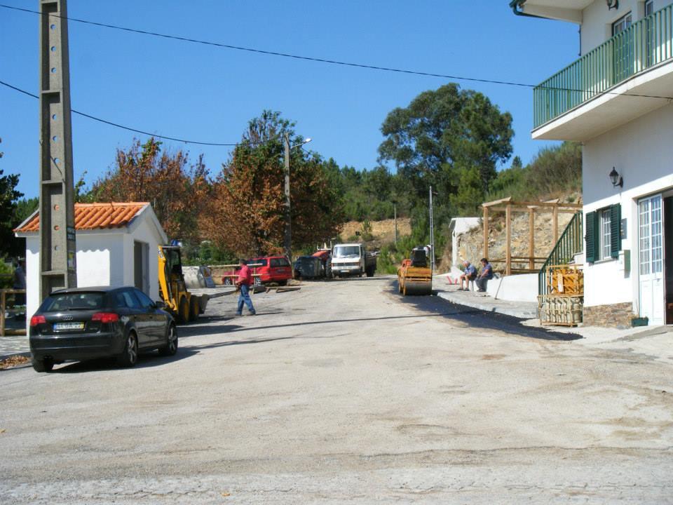 Reparação do largo do Outeiro do Monte Frio na Sexta-feira, 13 de Setembro de 2013