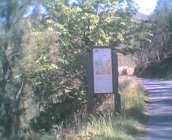 Placa na estrada que liga a Benfeita à Fraga da Pena na entrada na Área de Paisagem Protegida da Serra do Açor vista de norte para sul na Quarta-feira, 24 de Maio de 2006
