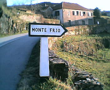 Placa informativa na E.N. 344 no sentido norte sul a 1 km de Monte Frio no Sábado, 1 de Janeiro de 2005