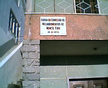 Placa do Largo da Comissão de Melhoramentos de Monte Frio no Sábado, 1 de Janeiro de 2005