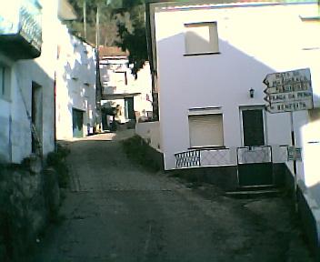 Rua principal do meio do Monte Frio em direcção à Eira no Sábado, 1 de Janeiro de 2005