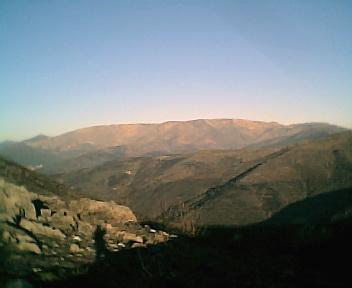 Encosta oeste da Serra da Estrela a partir dos Penedos Altos ao pé do cruzamento que vai para o Piódão, no Sábado, 10 de Dezembro de 2005